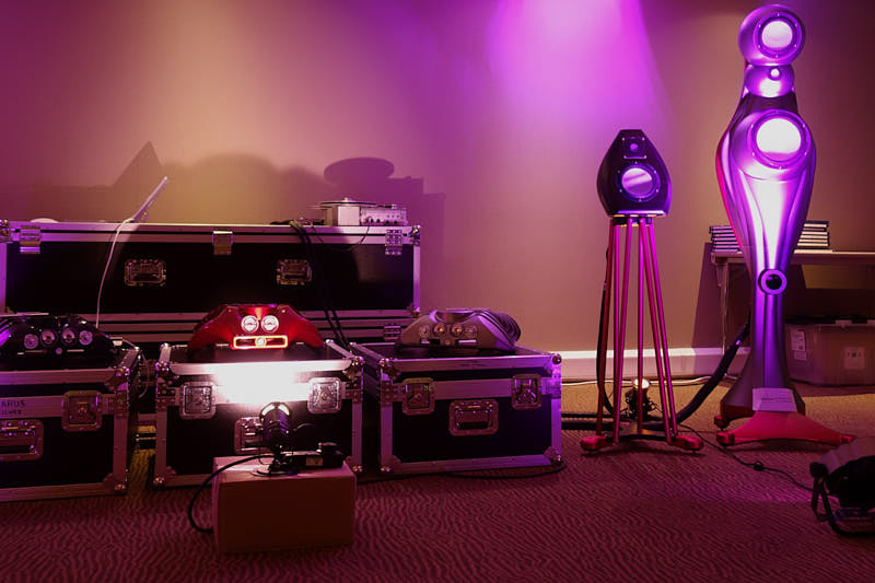 Speakers, amplifiers and cables y Metaxas & Sinss